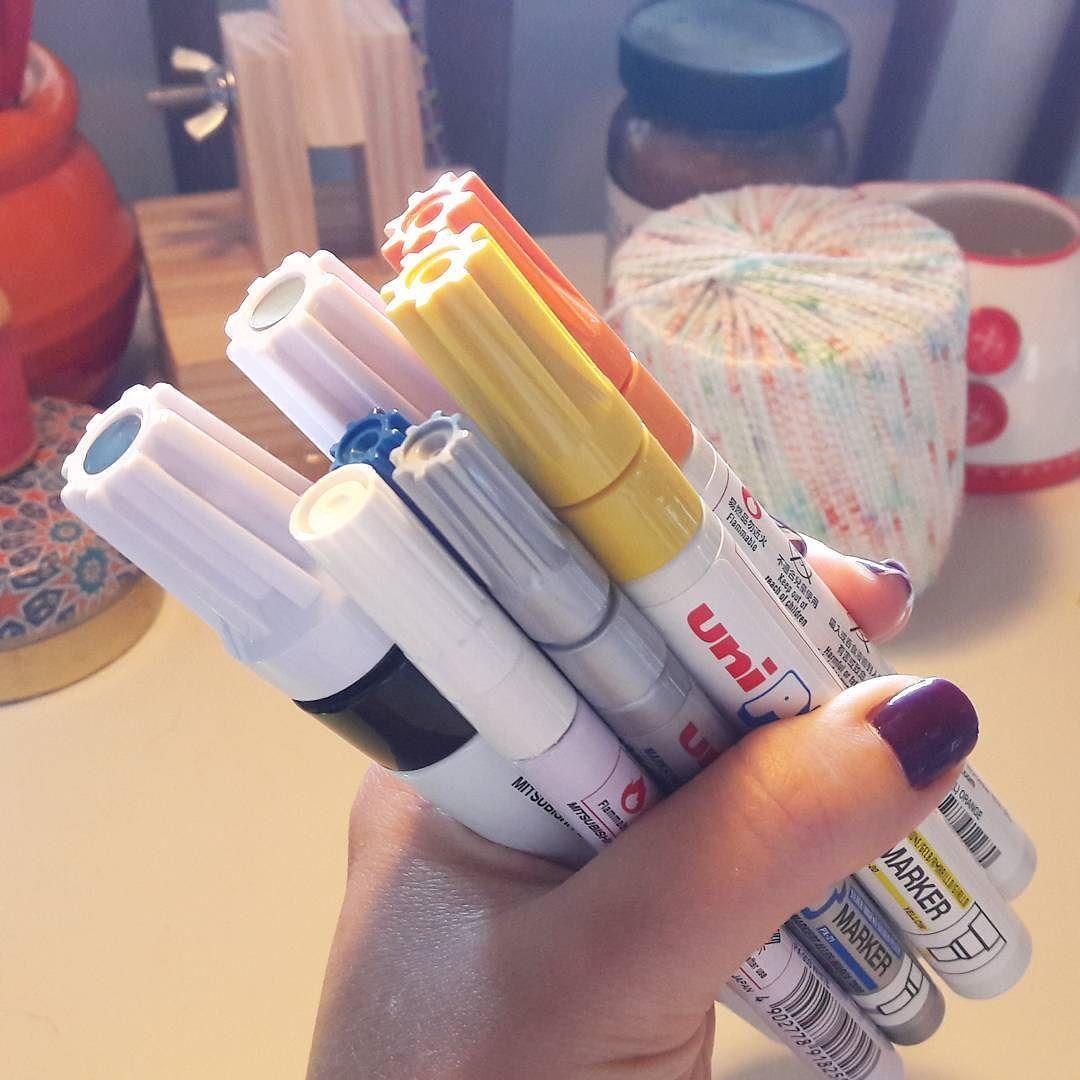 Tem material novo na minha bancada e falo mais sobre no blog! Vem conhecer as canetas permanentes da @uniballbrasil ou me contar o que já faz com elas! #agoranocola #recebidos #materiais #canetapermanente #uniballbrasil