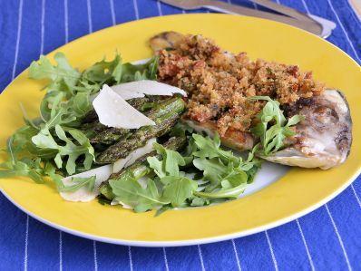 Receta | Dorada con picadillo de tomates secos y ensalada - canalcocina.es
