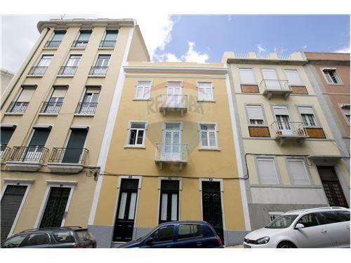 Lisboa, Rua Washington. Estúdio com 55 m2, inteiramente renovado, mobilado e equipado, em prédio reconstruído. Vendido em Março por 94 mil euros. Vendido por Diogo Neto.