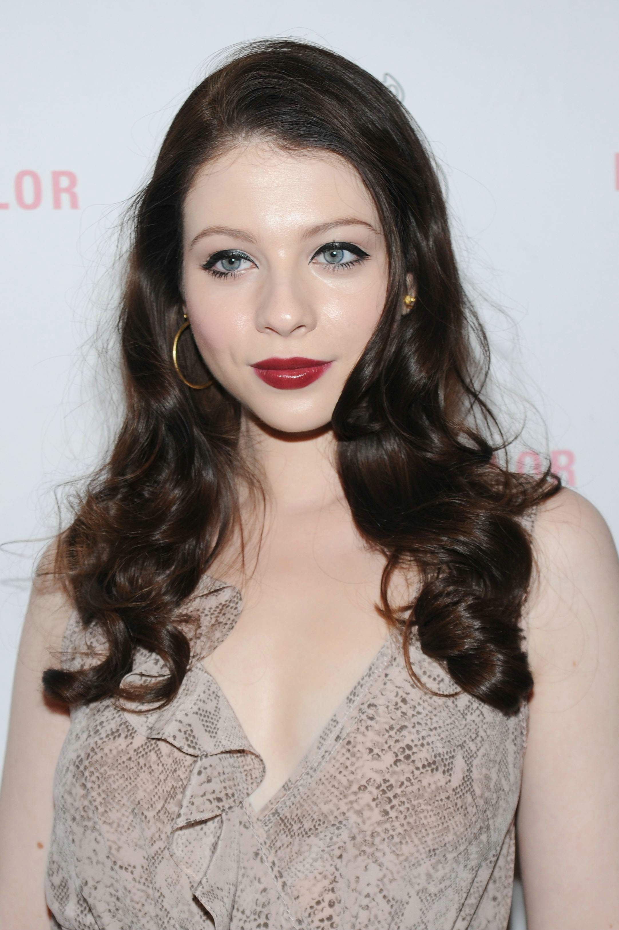 Michelle Trachtenberg, beautiful pale skin  Beautiful pale skin