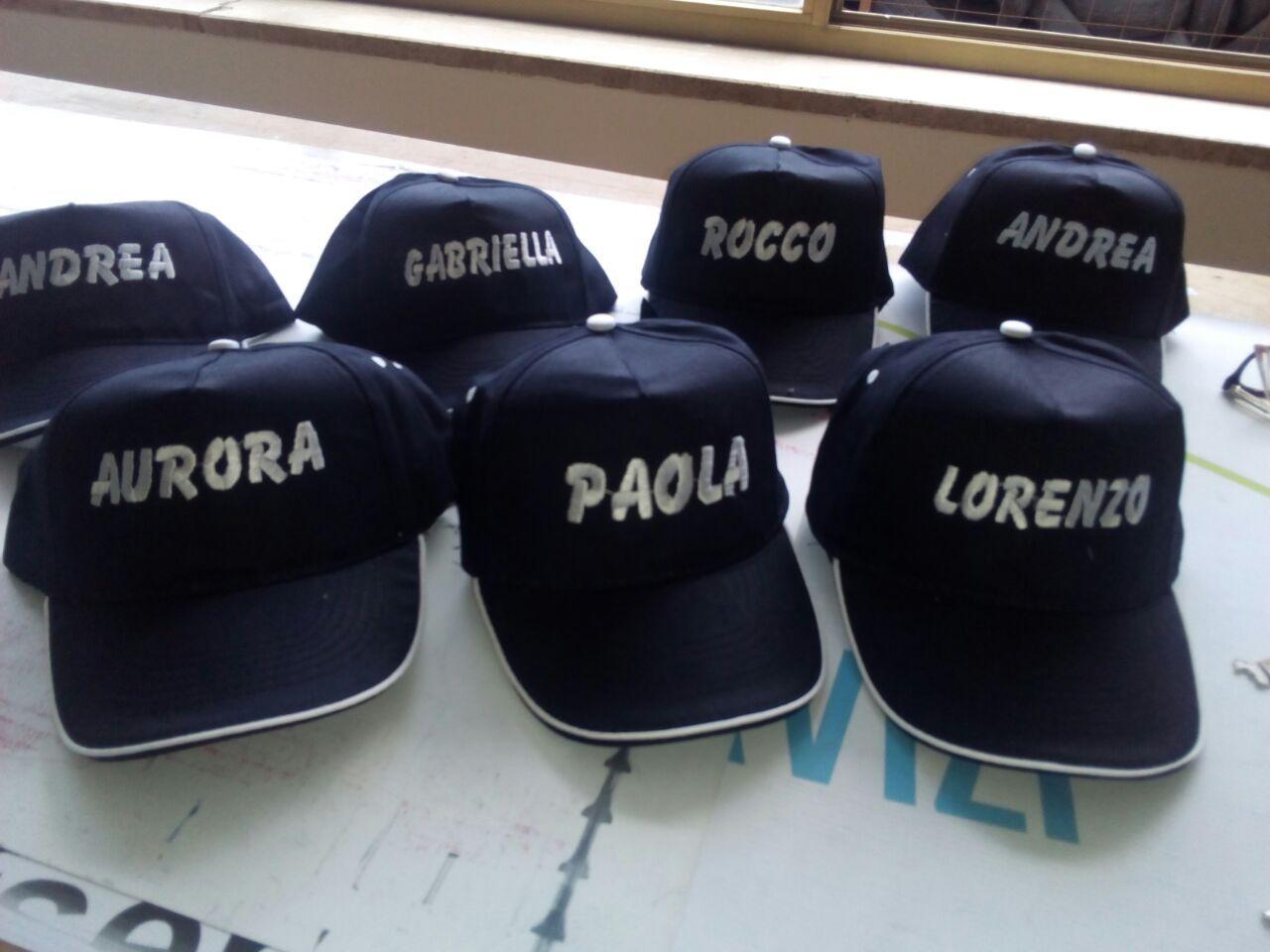 vestibilità classica venduto in tutto il mondo informazioni per Cappellini Personalizzati con il ricamo del nome di chi l ...