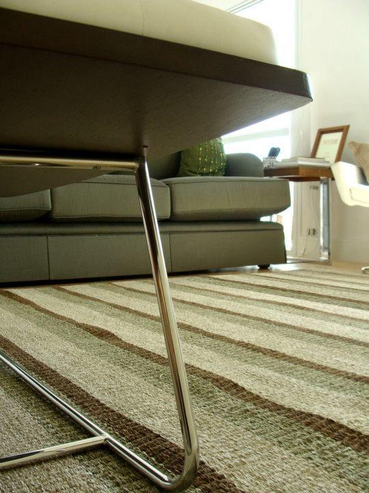 Produção de tapete em chenille com listras irregulares para a sala de estar da Maria Cecília.