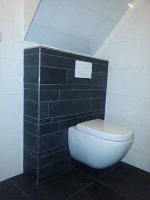 Tegelwerk badkamer met strooktegels en wandtegels glans wit rectificato 30x60