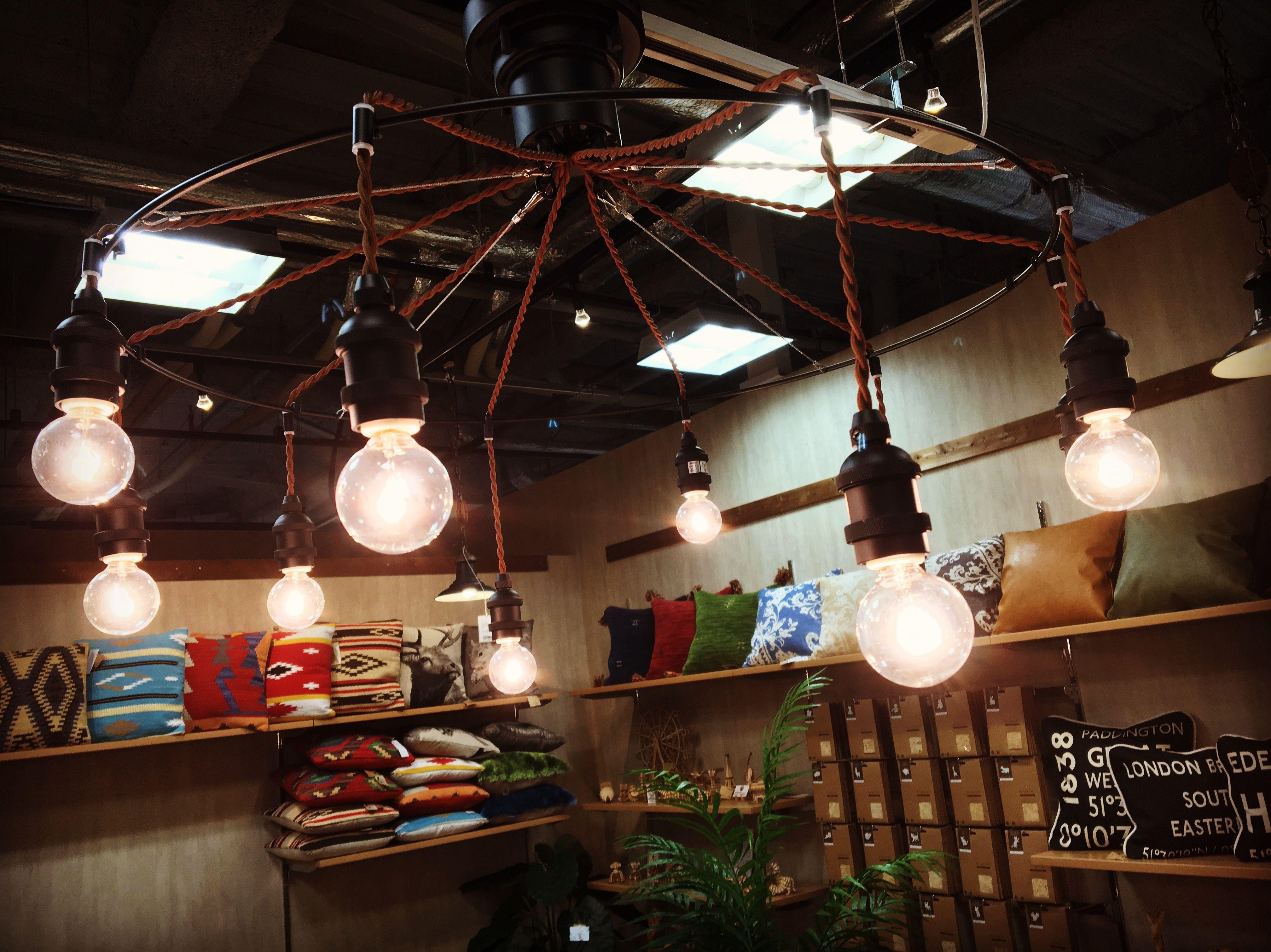 10灯もの灯りが天井から降り注ぐスタイルが ロマンチックで幻想的な