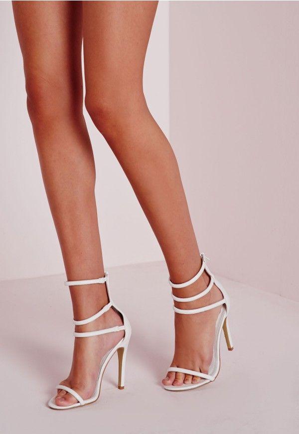 Bichonnez vos pieds dans ces sandales à talon blanches. On adore leurs 3  brides de cheville et leur talon haut qui les rendent à tomber. Portez-les  avec un ...
