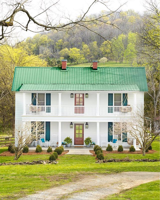 Your jaw will drop when you see how beautiful the inside of @hollyaudreywilliams' Tennessee farmhouse is - link in profile to see the rest of our #MakeoverTakeover (: Annie Schlechter) #homedecor #homesweethome