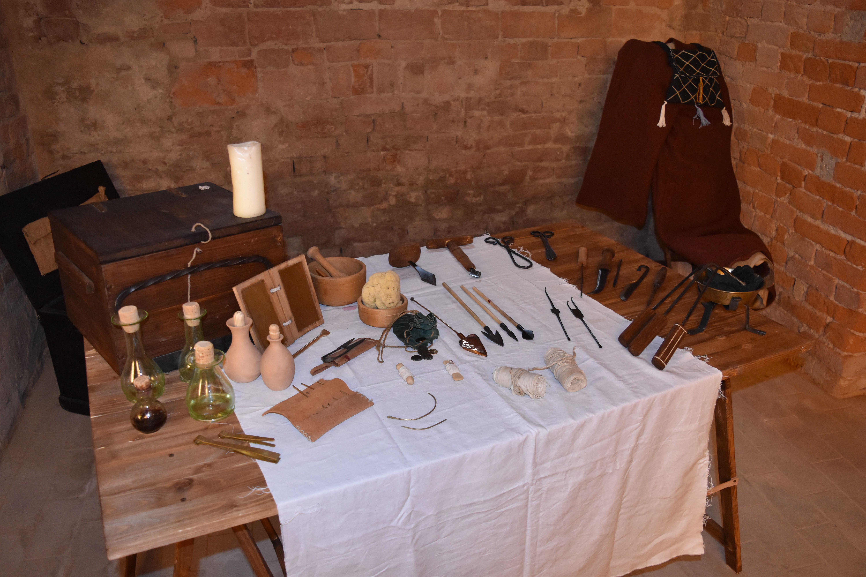 Banco del cerusico XIII Secolo -  13th Century Surgical Instruments