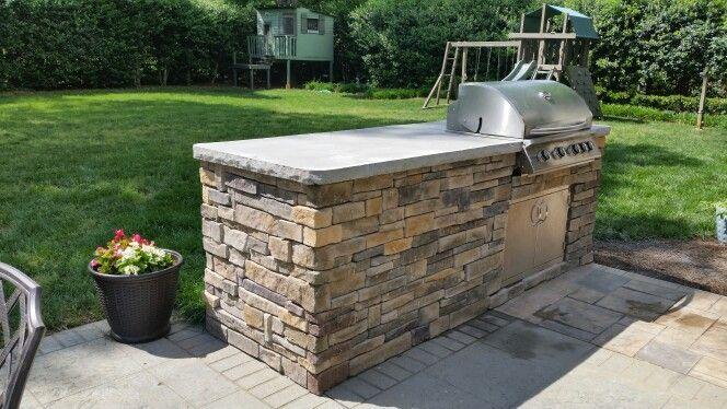 Outdoor kitchen with stone veneer Summerset Sizzler 32 built in