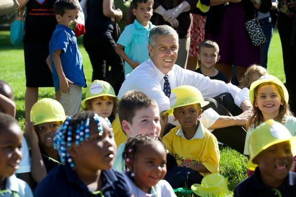 So glad that US Sec. of Education Arne Duncan joined our event with @nwlc and Strong Start Campaign for Children in support of pre-k and early learning programs! #BuildKidsUp https://www.momsrising.org/page/moms/moms-and-legislators-join-young-children-at-the-us-capitol-to-play-with-huge-abc-blocks-spelling-out-importance-of-early-learning-