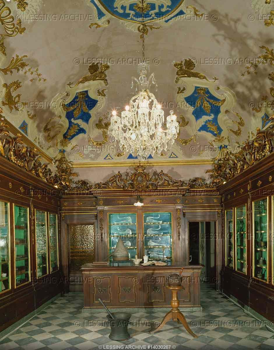 Officina Profumo Farmaceutica di Santa Maria Novella - Firenze - La parte antica della farmacia con armadi del 18 ° secolo e gli strumenti.