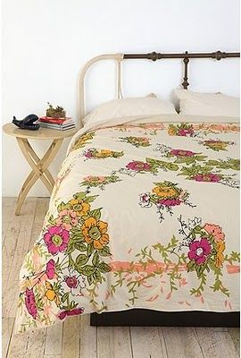 love the flower duvet and bed