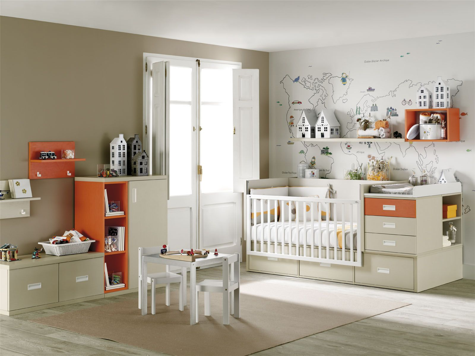 Habitación bebé en naranja , blanco y beige con cuna convertible en ...