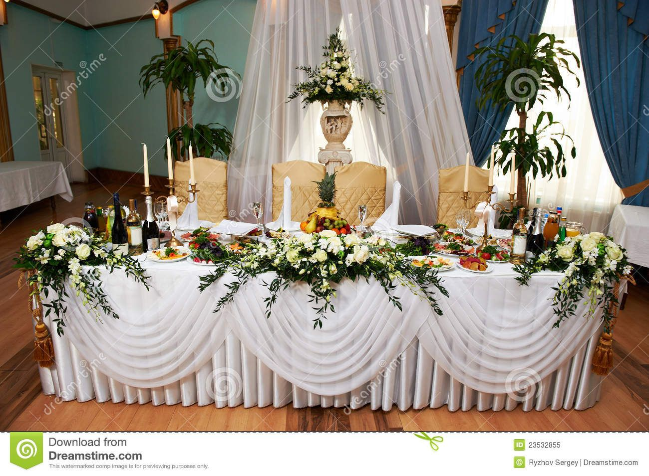 Charmant Wedding Table For The Bride And Groom In Restaurant