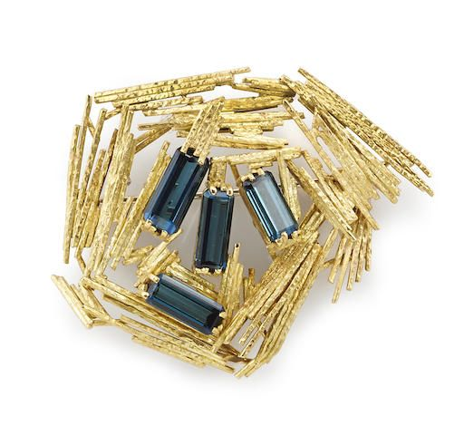 A blue tourmaline and 18k gold brooch, Andrew GRIMA, London, 1967 signed Grima for Andrew Grima and HJCo. for Haller Jewelry Co.; with London hallmark for 1967 (hva)