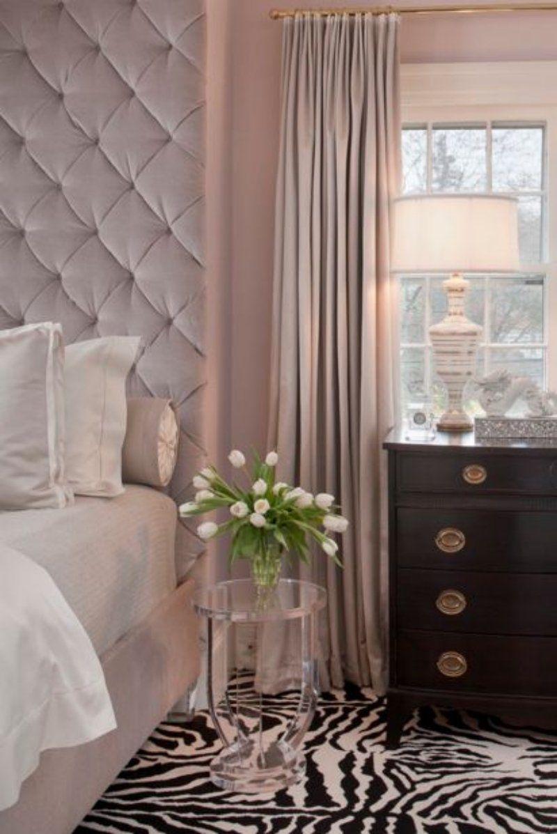 chambre taupe, rideaux rose poudré et tapis en motif de zèbre ...