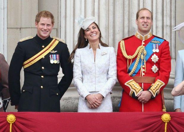 Harry, Kate Middleton e William se divertem (Foto: Agência Getty Images). Cerimônia Trooping The Colours celebra aniversário da Rainha Elizabeth.