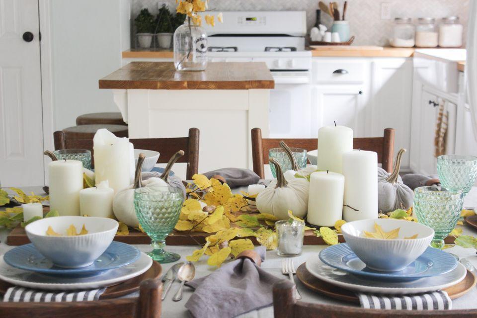 Caída Tablescape con las velas del pilar, calabazas de terciopelo, y el follaje de otoño
