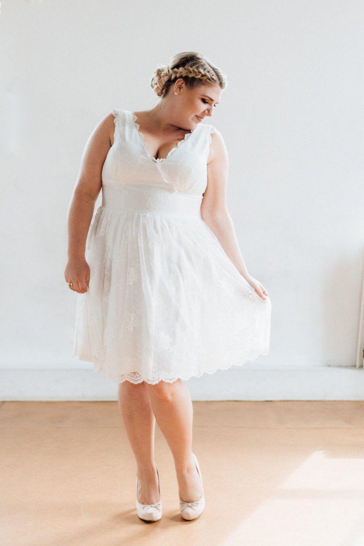Knielanges Brautkleid in großen Größen – unsere locker luftige Sanna ...