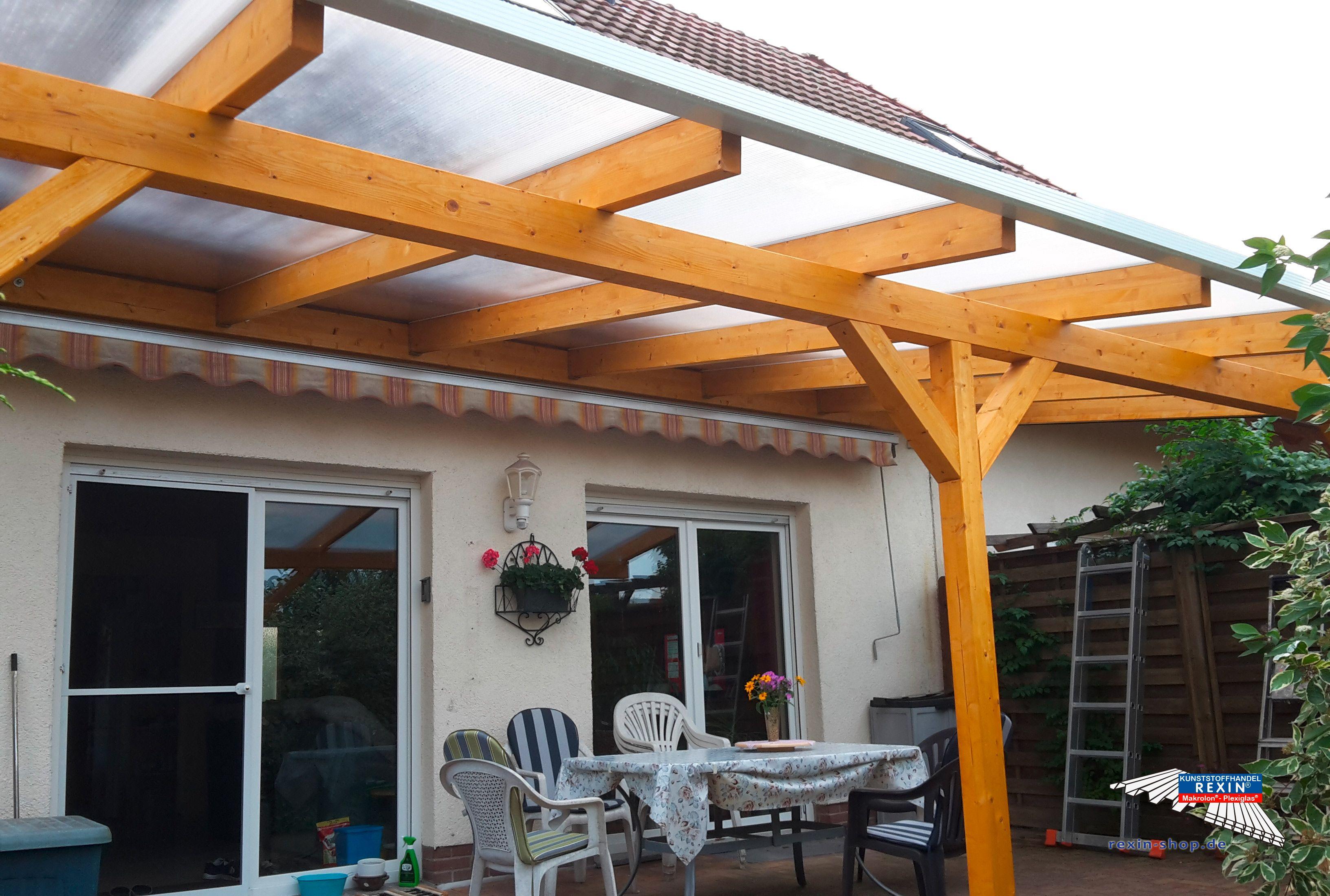 Ein Holz Terrassendach Der Marke REXOcomplete 7m X 4m Mit REXOclear  Stegplatten X Struktur. Hier Wurde Ein Durchgehender Hauptträger Montiert.