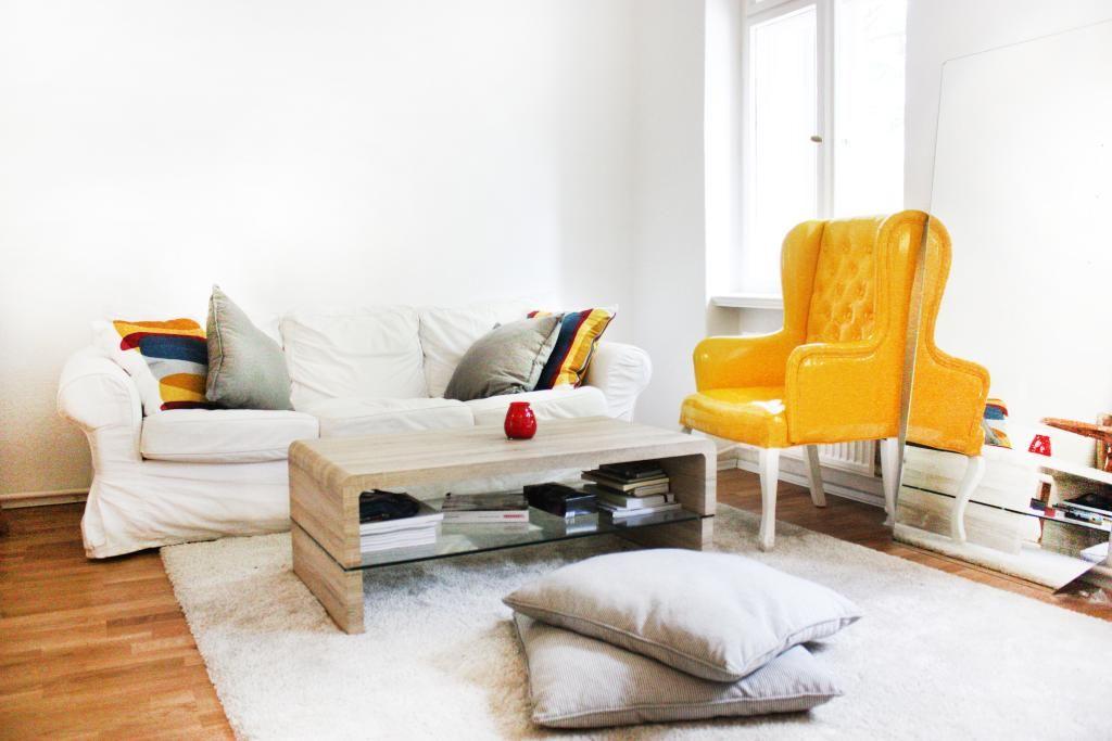 Schne Bunte Wohnzimmer Einrichtung In Hellen Farben Toller Gelber Ohrensessel Altbau Wohnung