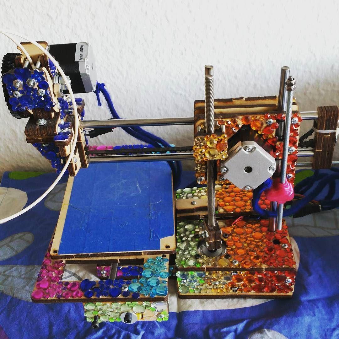 """Something we liked from Instagram! Thomas har givet min #3dprinter lidt kærlighed.  Jeg må indrømme at fordi den printer ret meget mere """"groft"""" end de andre printerer vi har her hjemme har jeg ikke været så motiveret selv - men nu har han altså gjort det (skønne mand) nu skal jeg bare lige fixe et par småting så er den fuldstændig klar! #bling #3dprint #printerbot #diy #beautiful by linalamse check us out: http://bit.ly/1KyLetq"""