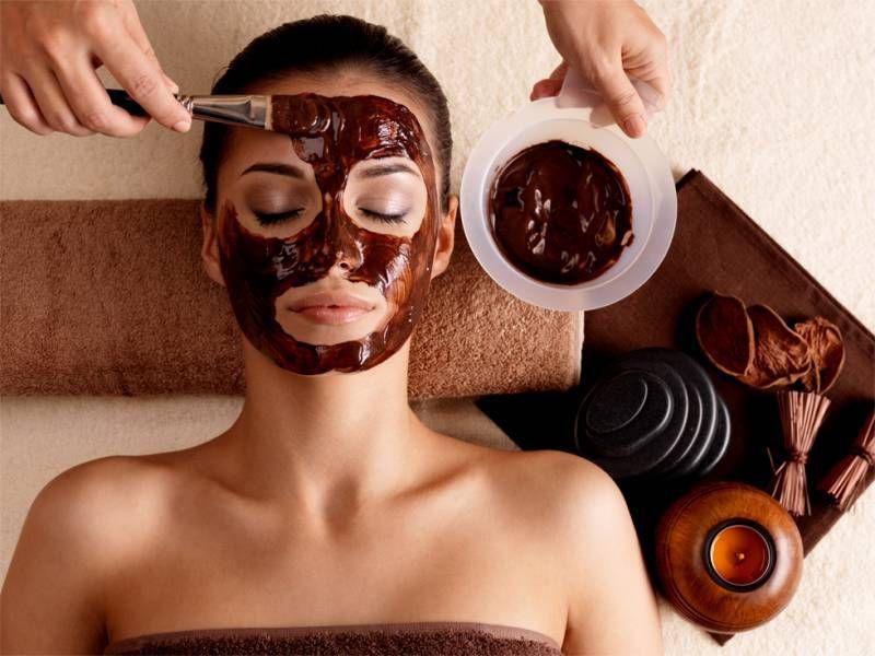 A hidratação da nossa pele é de suma importância. Por isso separei algumas receitas de máscaras faciais caseiras para fazer sem sair de casa.