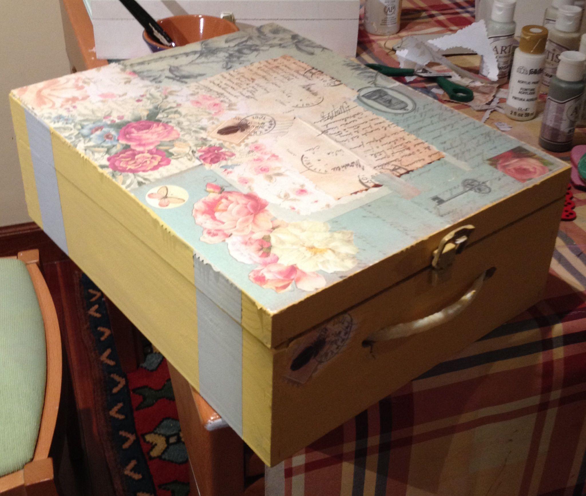Caja de madera pintada y decoupatch