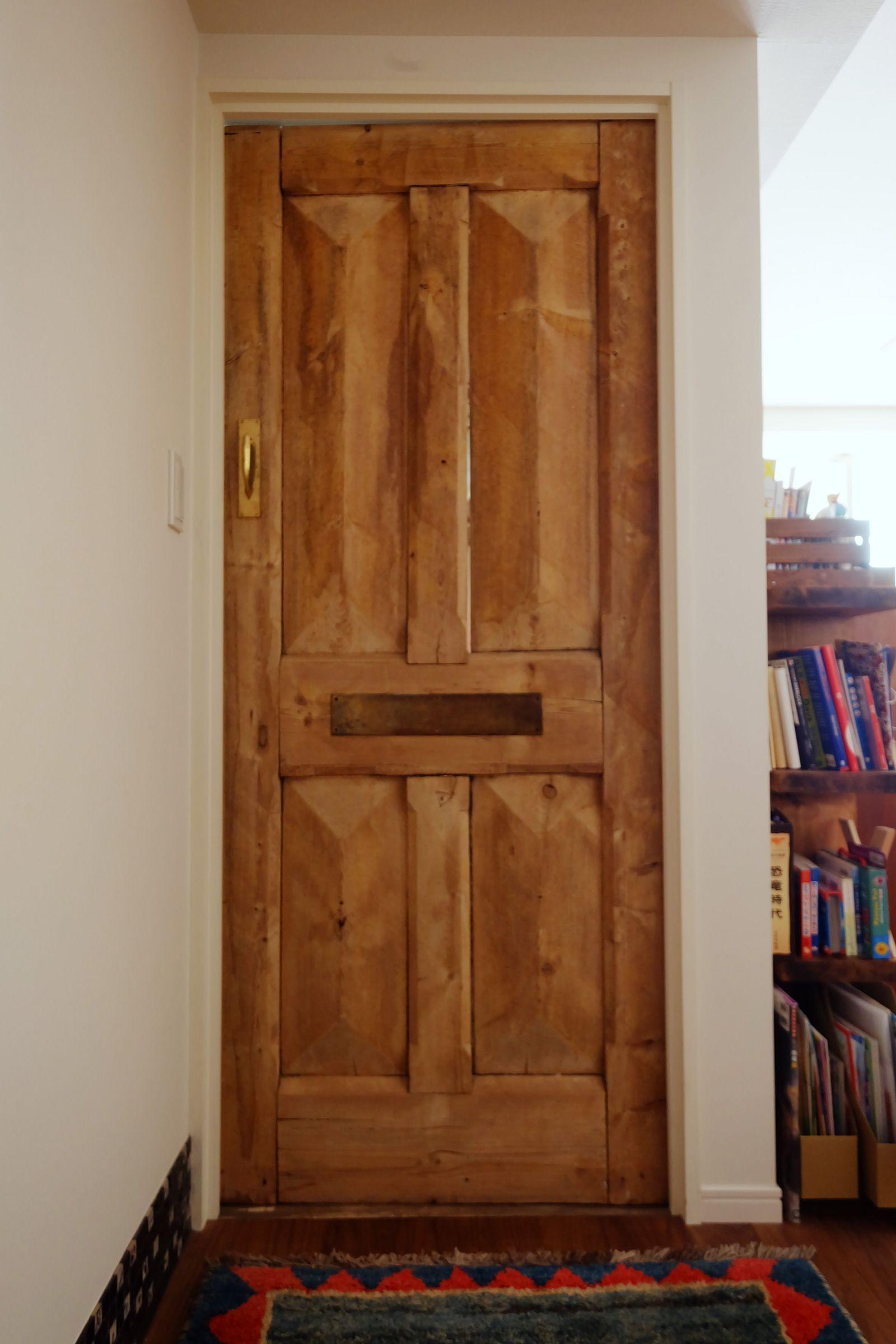 既存ドアを変えるだけでも 部屋の印象は大きく変わる この寝室ドア