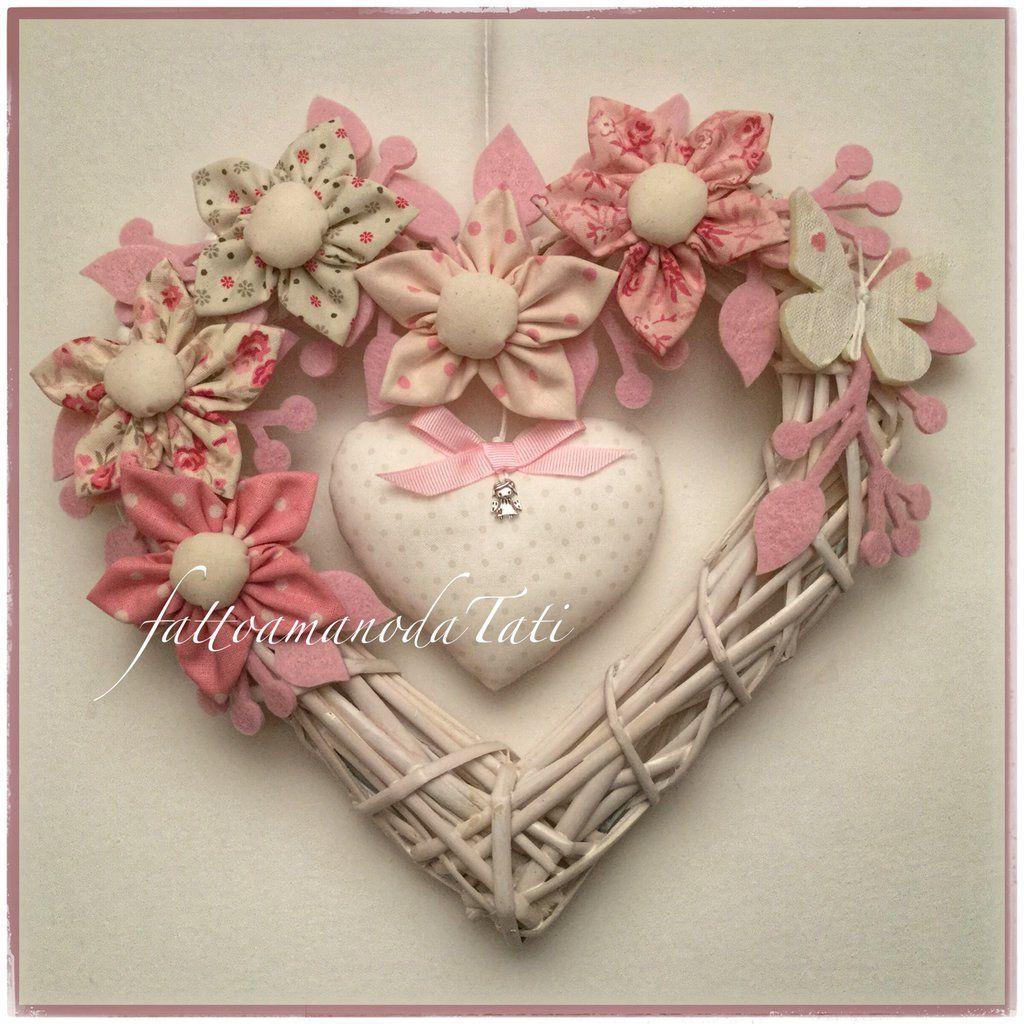 Photo of Cuore / fiocco in vimini con 5 fiori di cotone nei toni del rosa e del beige, farfalla e cuore centrale
