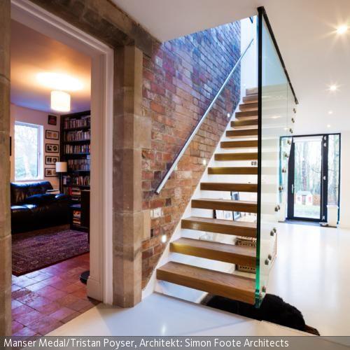 Offene Treppe   Offene treppe, Backsteinwand und Treppe