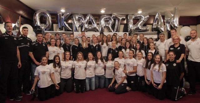 После 44 године Партизан има и женски тим - http://www.vaseljenska.com/wp-content/uploads/2016/10/95537788257f8cd0818555153608729_w640.jpg  - http://www.vaseljenska.com/sport/posle-44-godine-partizan-ima-zenski-tim/