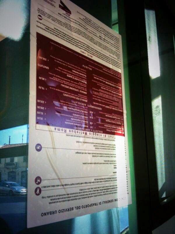 """""""Non è la foto ad essere al contrario"""" giura @StregaLorelei, queste sono proprio le """"Condizioni Generali del Servizio Urbano"""" pubblicato su ogni autobus #Atac. Capisco che è un dettaglio insignificante, ma se questa è l'attenzione... Poi ci chiediamo perché l'#atac non funziona."""