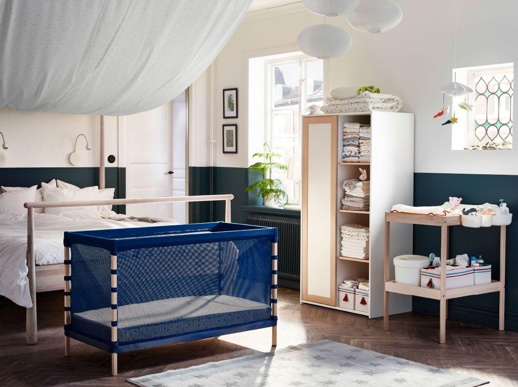 Toll Ein Schlafzimmer Mit Doppelbett Und FLITIG Babybett In Buche/Mittelblau  Davor, Ebenfalls Im Raum