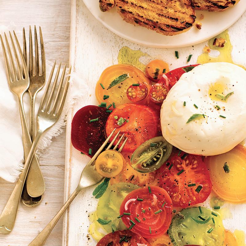 Salade de tomates, de betteraves et de burrata / Une salade conviviale, qui permet de savourer plusieurs variétés de tomates.