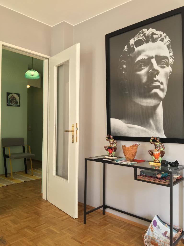 Modern eingerichteter Flur mit Kunstdruck und Kunstskulpturen.  4-Zimmerwohnung in Berlin Prenzlauer Berg.