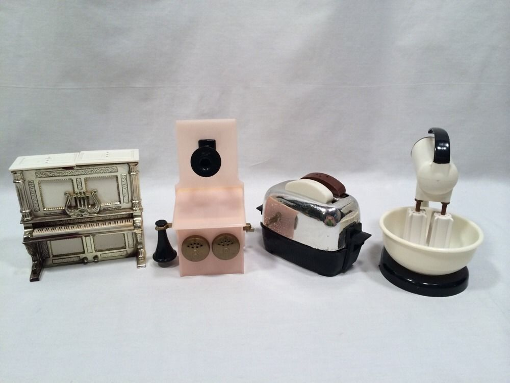 Set Of 4 Vintage Salt And Pepper Shakers