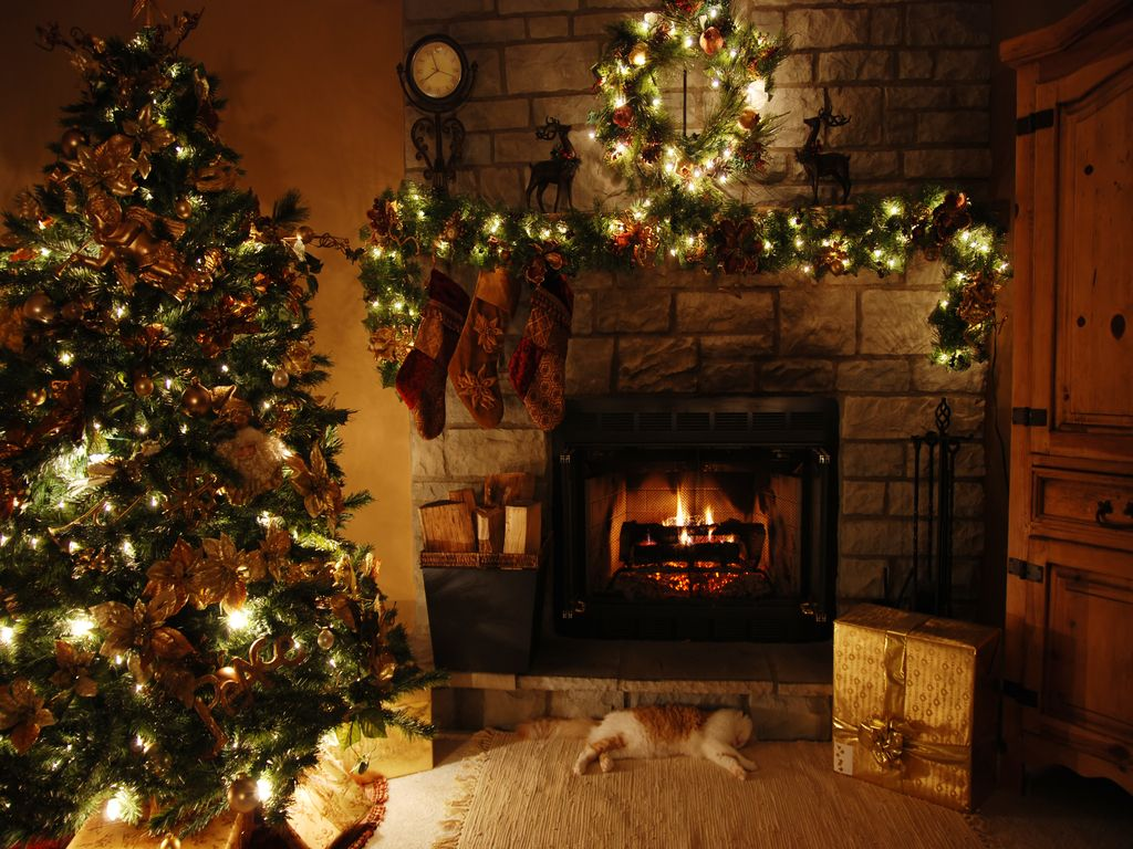 Pin By Suzanne Rideout On Fireside Christmas Minimalist Christmas Tree Christmas Fireplace Mantels Minimalist Christmas