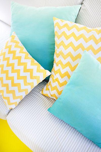 coussins jaune et bleu chambre sarah pinterest coussins jaunes jaune et bleu. Black Bedroom Furniture Sets. Home Design Ideas