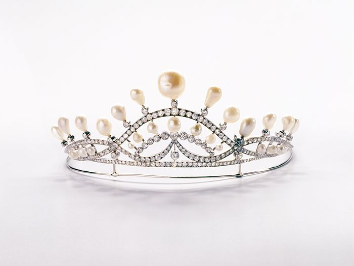 Chaumet Curvilinear Tiara in white gold, diamonds and natural baroque pearls