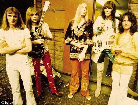 L-R: Alan White, Steve Howe, Rick Wakeman, Chris Squire, Jon AndersonYes. L-R: Alan White, Steve Howe, Rick Wakeman, Chris Squire, Jon Anderson