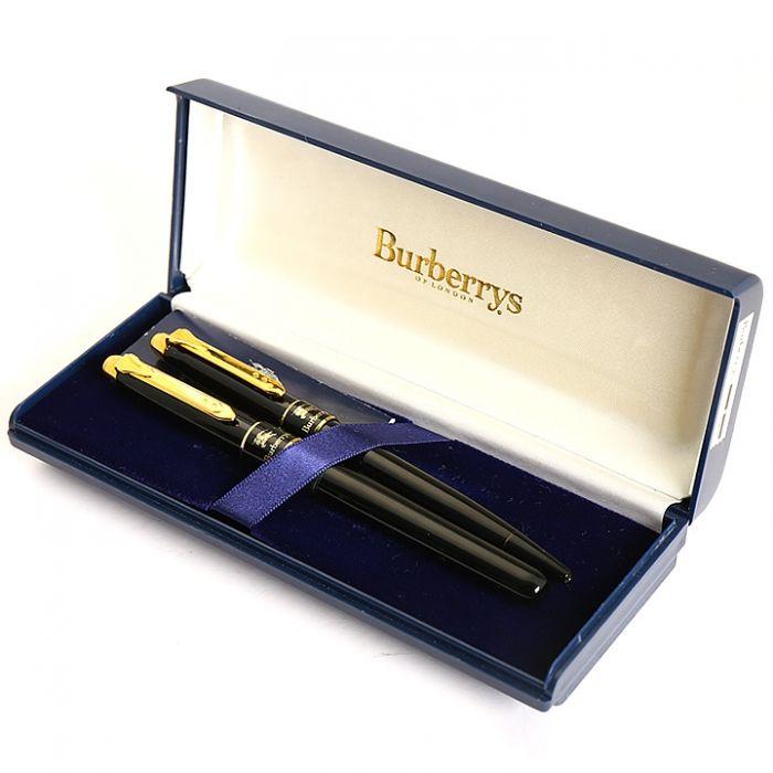 バーバリーズより万年筆とボールペンのセットをご紹介します。 大人アイテムでもある万年筆はやはり良い物を末永く使いたいですよね。 細字で使いやすく書き心地も抜群です。 詳細はこちら>http://bbl-shop.com/?pid=69847145