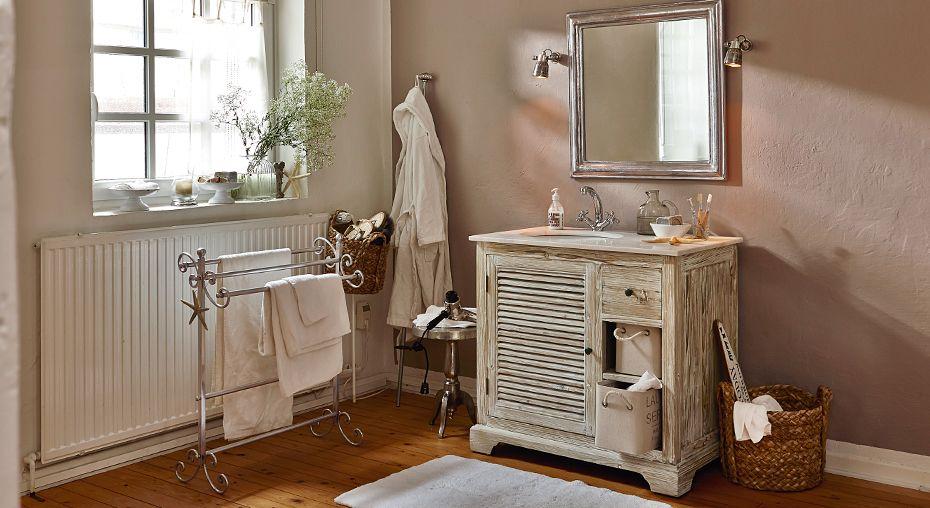 charmantes bad mit waschtisch im landhaus stil gesehen auf wohnen im landhausstil. Black Bedroom Furniture Sets. Home Design Ideas