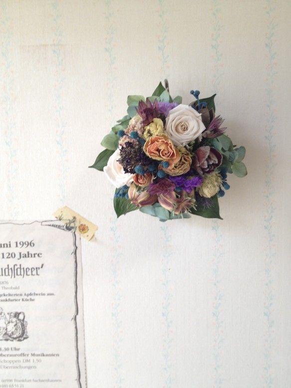 ケーキのように花をこんもりとアレンジしました。置いて飾る事もできますし、壁にかけて飾る事もできます。壁に飾ると、そこから花たちが生えているかの様な、いつもとは...|ハンドメイド、手作り、手仕事品の通販・販売・購入ならCreema。