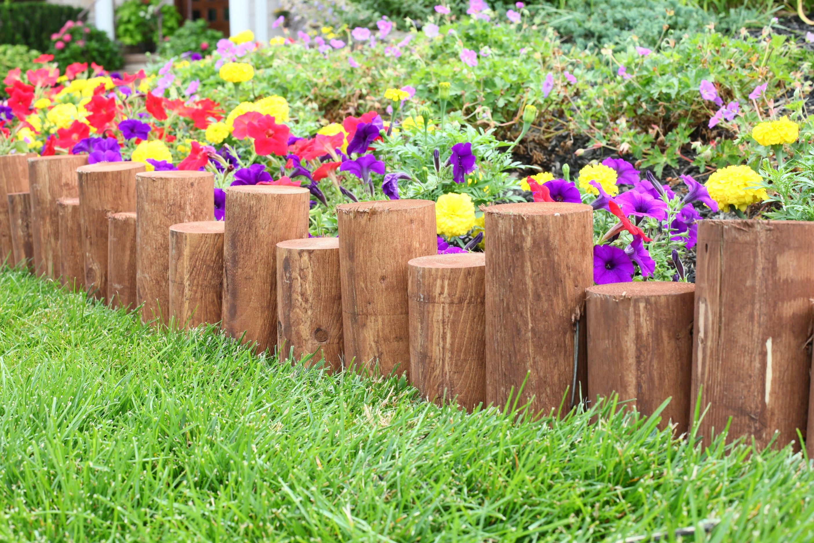 Landscaping With Wood Logs : Staggered full log edging landscape logs