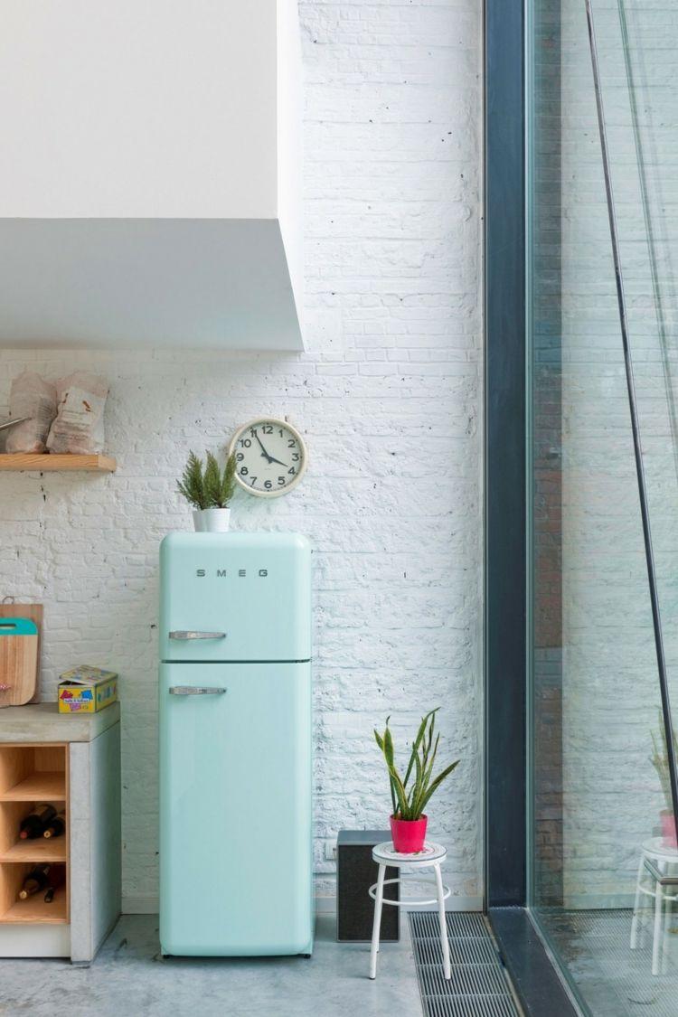 Küche mit kücheninsel und weißer backsteinwand