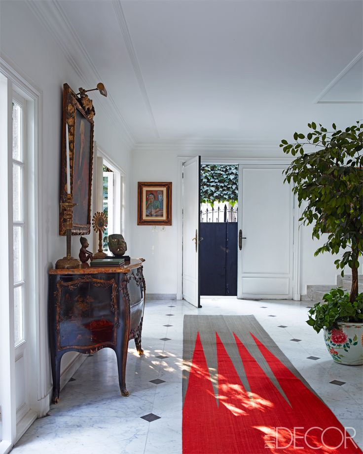 Attractive A Bold Runner Makes A First Impression In The Home Of Designer Alejandra  Redo. Photo By Simon Upton Via Elle Decor.foyers And Entryways