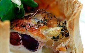 Oliventærte Anderledes og helt fantastisk madtærte for alle der elsker oliven. Server med blandet salat og bagte tomater.