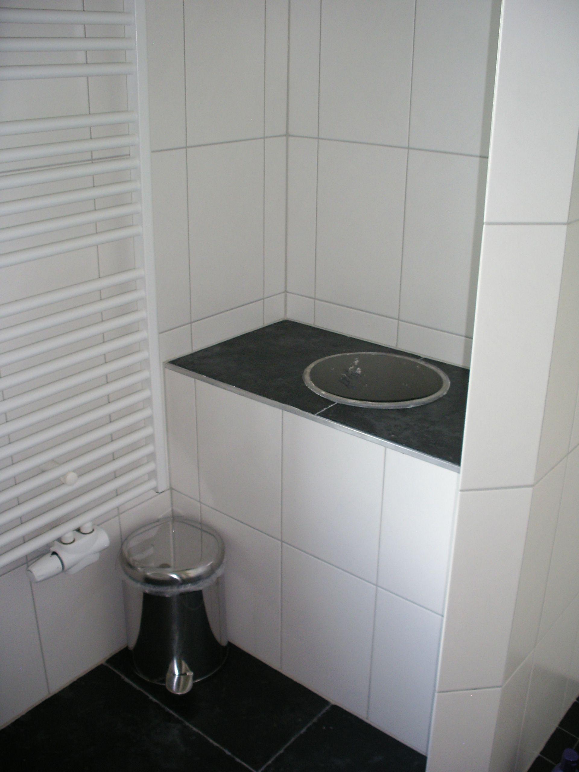 de stortkoker in de badkamer boven er komt nog een mooie deksel