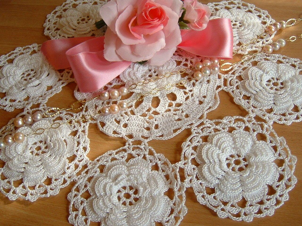Centro bianco all 39 uncinetto con una corolla di rose d for Pizzi all uncinetto per asciugamani