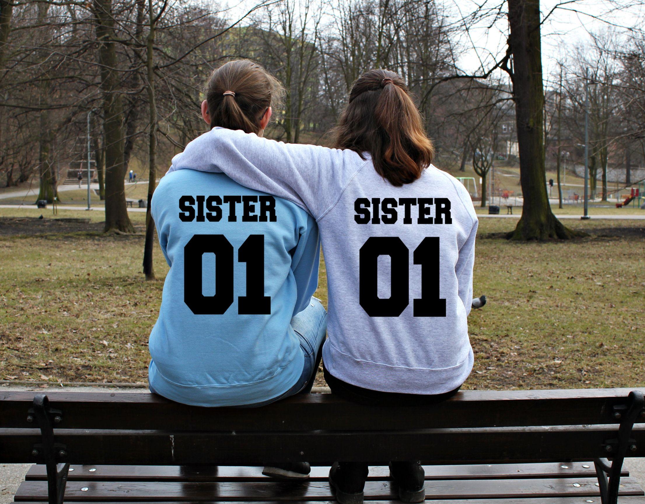 f9d2d01b1 Bluzy dla przyjaciółek z nadrukiem SISTER 01. Bluzy dla przyjaciół z  nadrukami. Idealny prezent dla przyjaciółek i przyjaciół. Sklep internetowy  WYDRUKOWANE